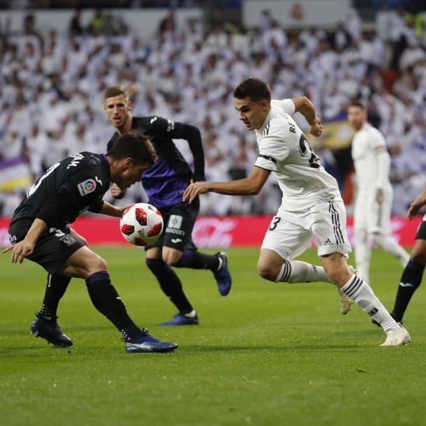 Reguilón tratando de avanzar frente a Unai Bustinza | Foto: Real Madrid