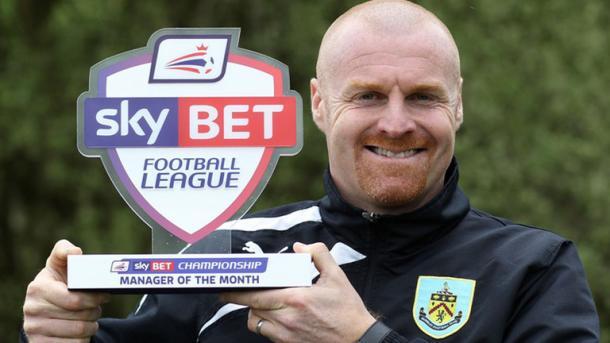 Dyche con uno de los premios a entrenador del mes. Foto: Sky Sports
