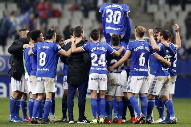 Camiseta de Edu Cortina levantada por Toché | Imagen: Real Oviedo