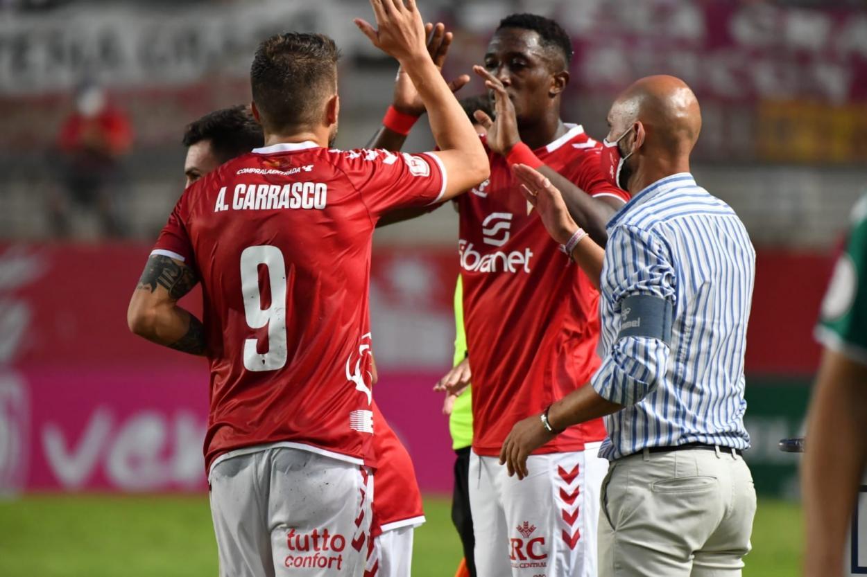 Andrés Carrasco siendo sustituido por Boris Kouassi / Fuente: <strong><a  data-cke-saved-href='https://vavel.com/es/futbol/2021/03/20/segunda-b/1064330-recreativo-granada-ucam-murcia-ganar-para-sonar-con-la-salvacion.html' href='https://vavel.com/es/futbol/2021/03/20/segunda-b/1064330-recreativo-granada-ucam-murcia-ganar-para-sonar-con-la-salvacion.html'>Real Murcia</a></strong> CF