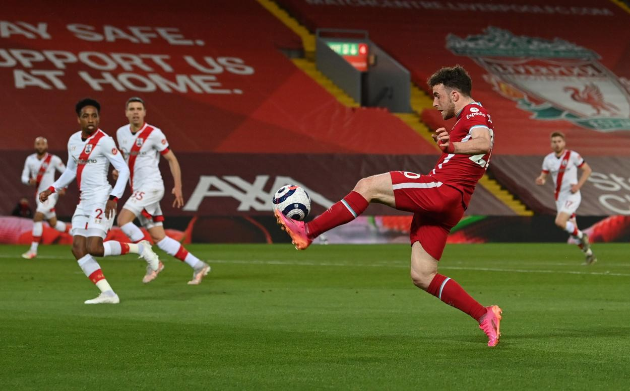 Diogo Jota controlando un balón / Foto: Liverpool FC