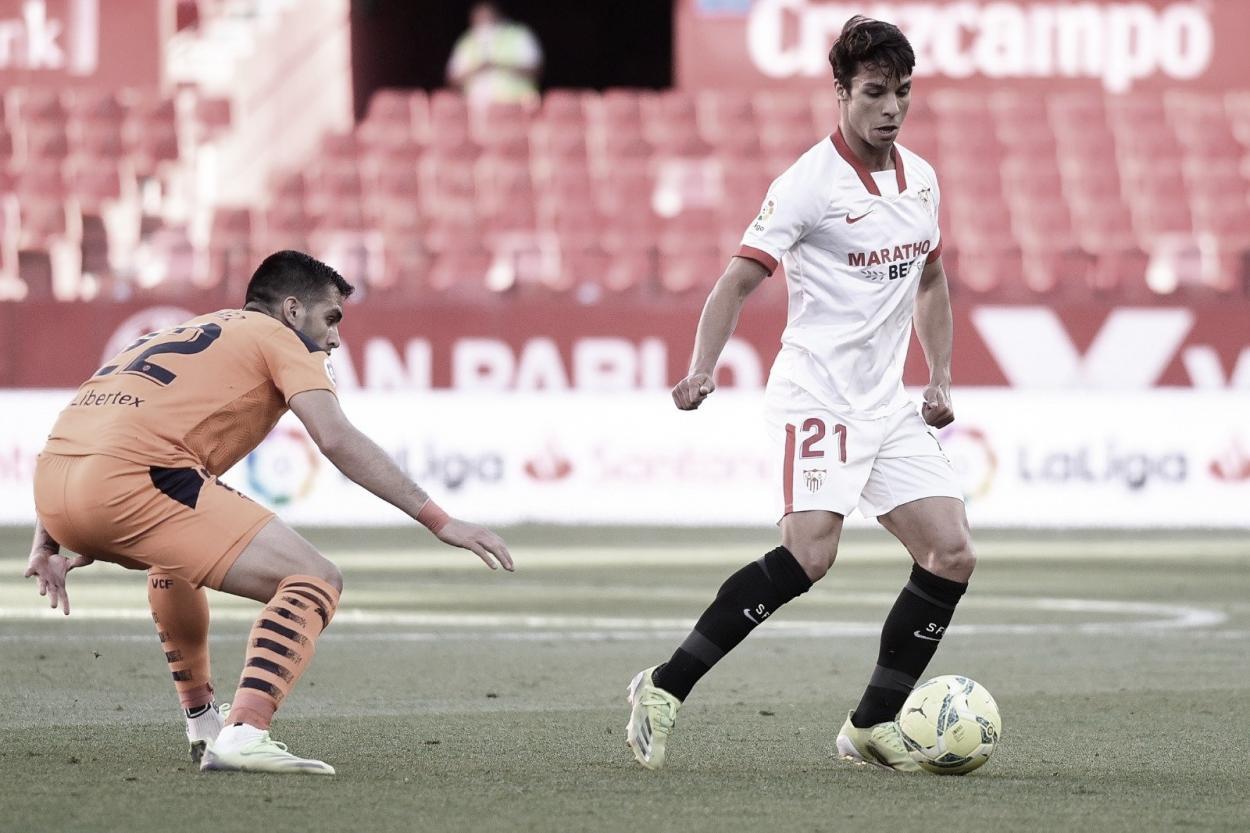 Óliver Torres deshaciéndose de la marca de Maxi Gómez | Foto: Sevilla FC