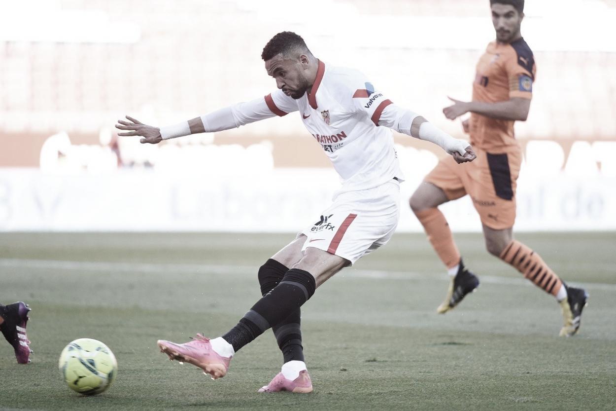 Youssef En-Nesyri lanzando el esférico a la portería ché | Foto: Sevilla FC