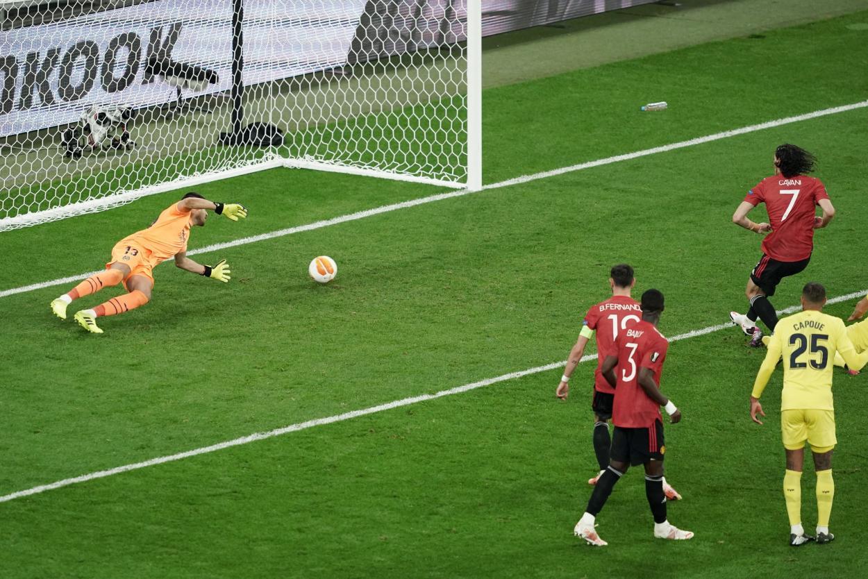 Cavani poniendo el 1-1 / FOTO: Europa League