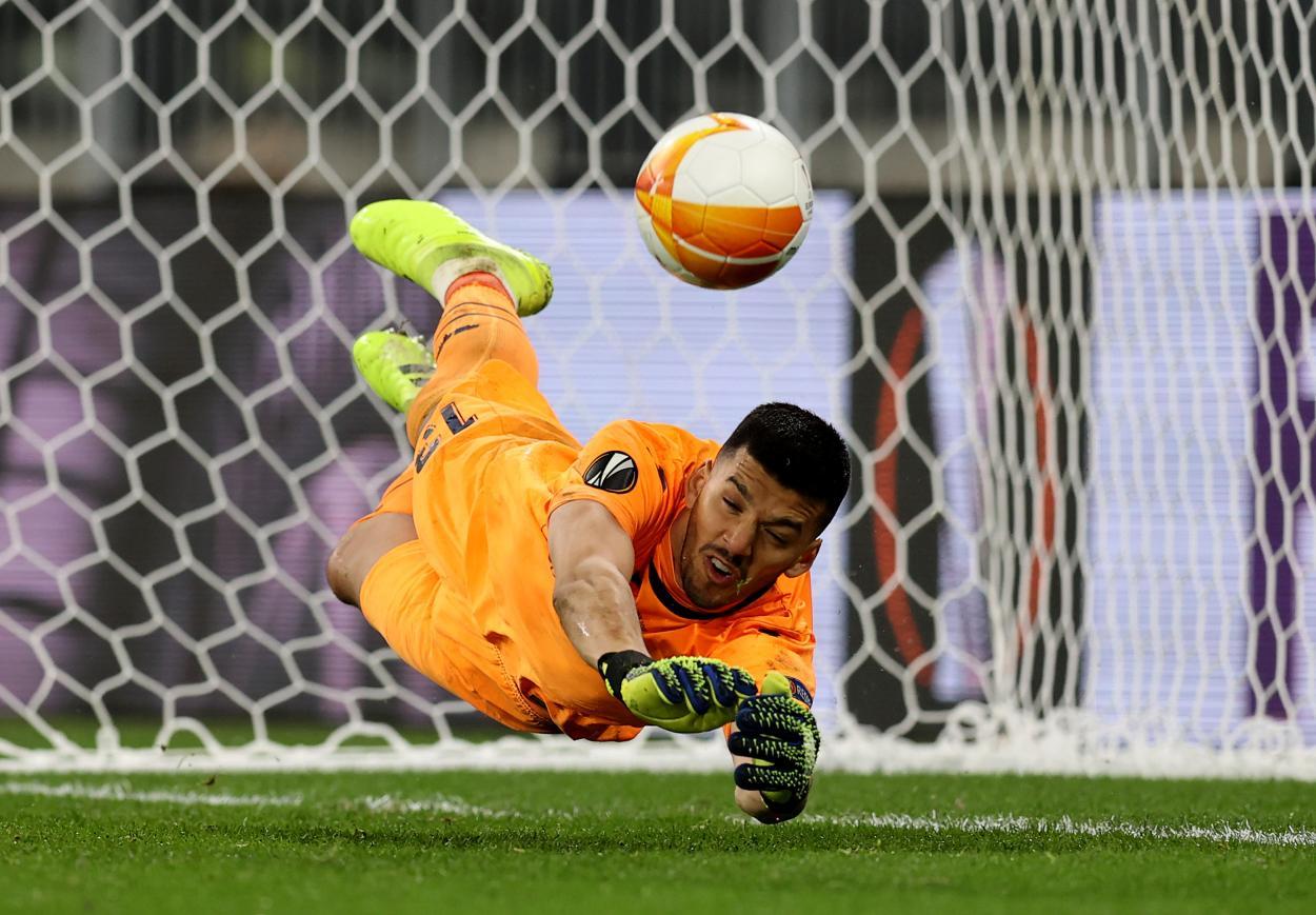 Rulli deteniendo el penalti a De Gea / FOTO: Europa League