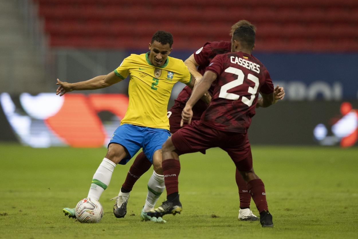 Danilo cerró la puerta atrás y la abrió delante / FOTO: CBF Futebol
