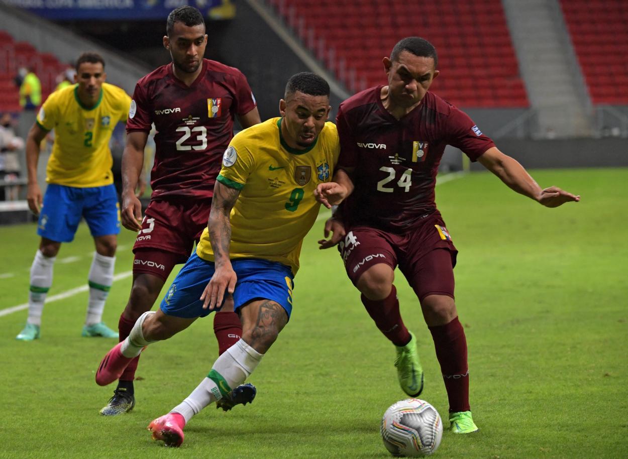 Gabriel Jesús disputando un balón / CBF Futebol