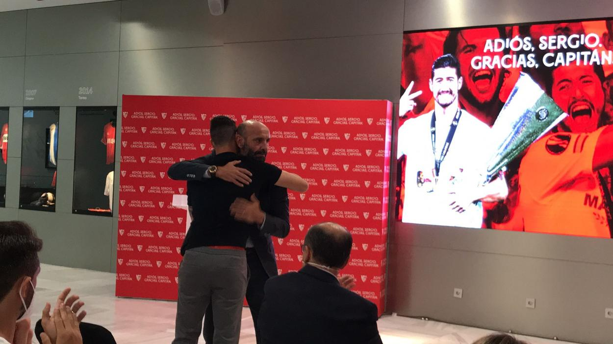 Escudero y Monchi se abrazan al finalizar una de las intervenciones || Foto: Kiko Hurtado