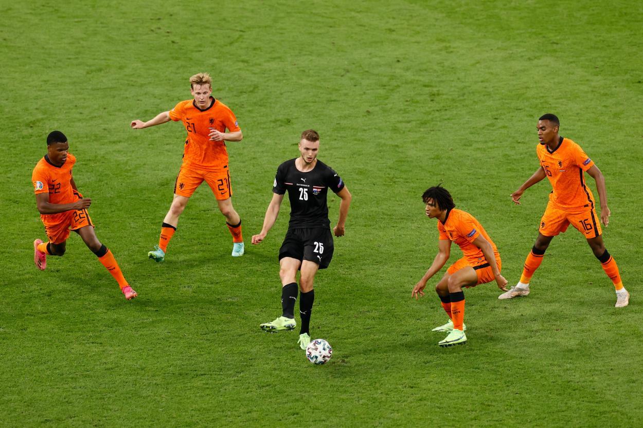 Sasa Kalajdzic rodeado de futbolistas holandeses / Foto: UEFA