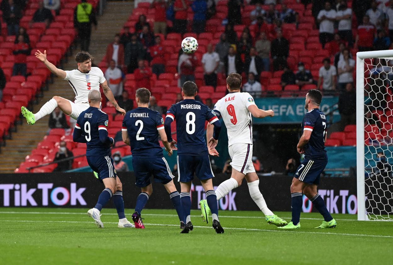 Stones rematando el balón al palo en el minuto 11 / FOTO: UEFA