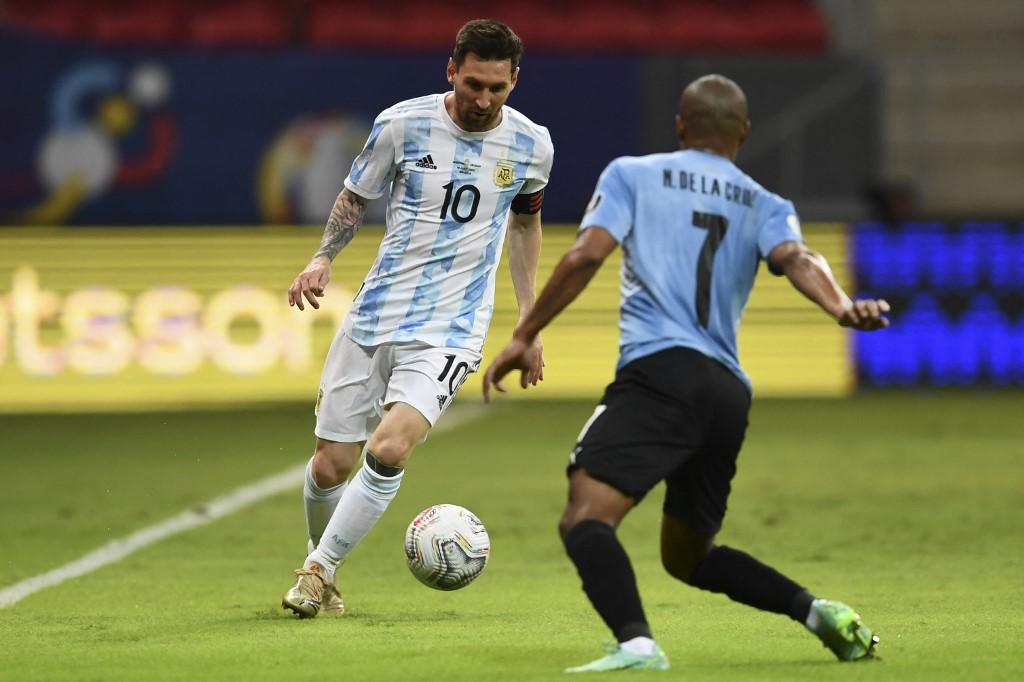 Leo encarando a De La Cruz / FOTO: Copa América