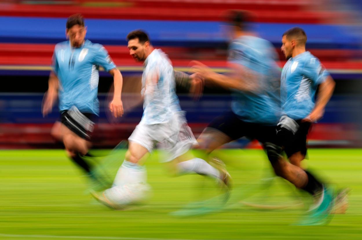 Messi encarando, la estampa del encuentro / FOTO: AFA