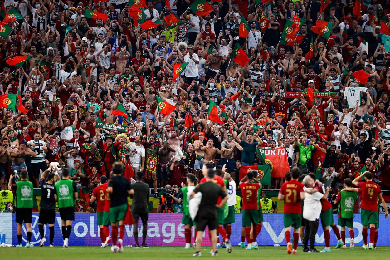 Portugal celebrando el pase a octavos con su afición / Foto: UEFA