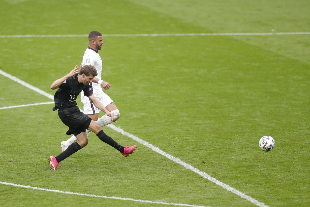 Thomas Müller golpeando el balón con dureza / Foto: UEFA