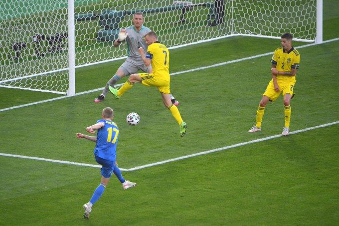 Volea de Zinchenko que acabó entre los tres palos / Foto: UEFA