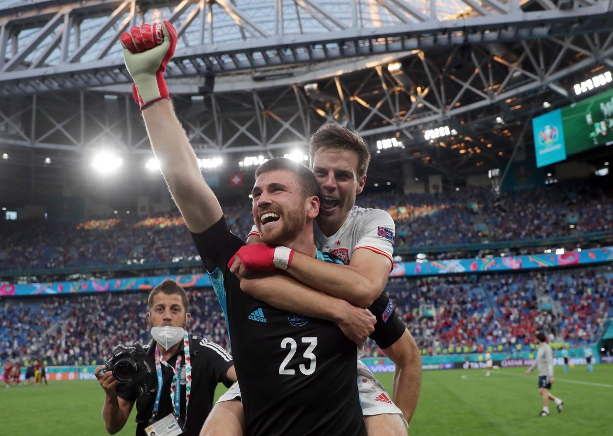 Unai y Azpilicueta celebran el pase a semifinales / FOTO: UEFA