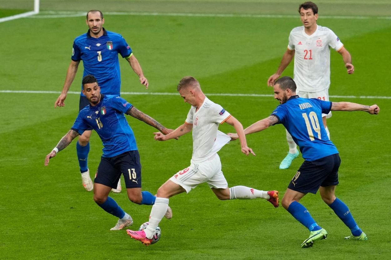 Dani Olmo entre la zaga italiana / FOTO: UEFA