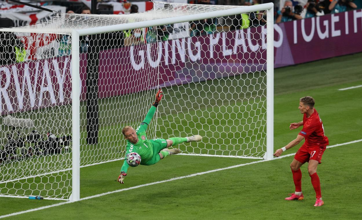 Kasper mantuvo con vida a Dinamarca / FOTO: UEFA