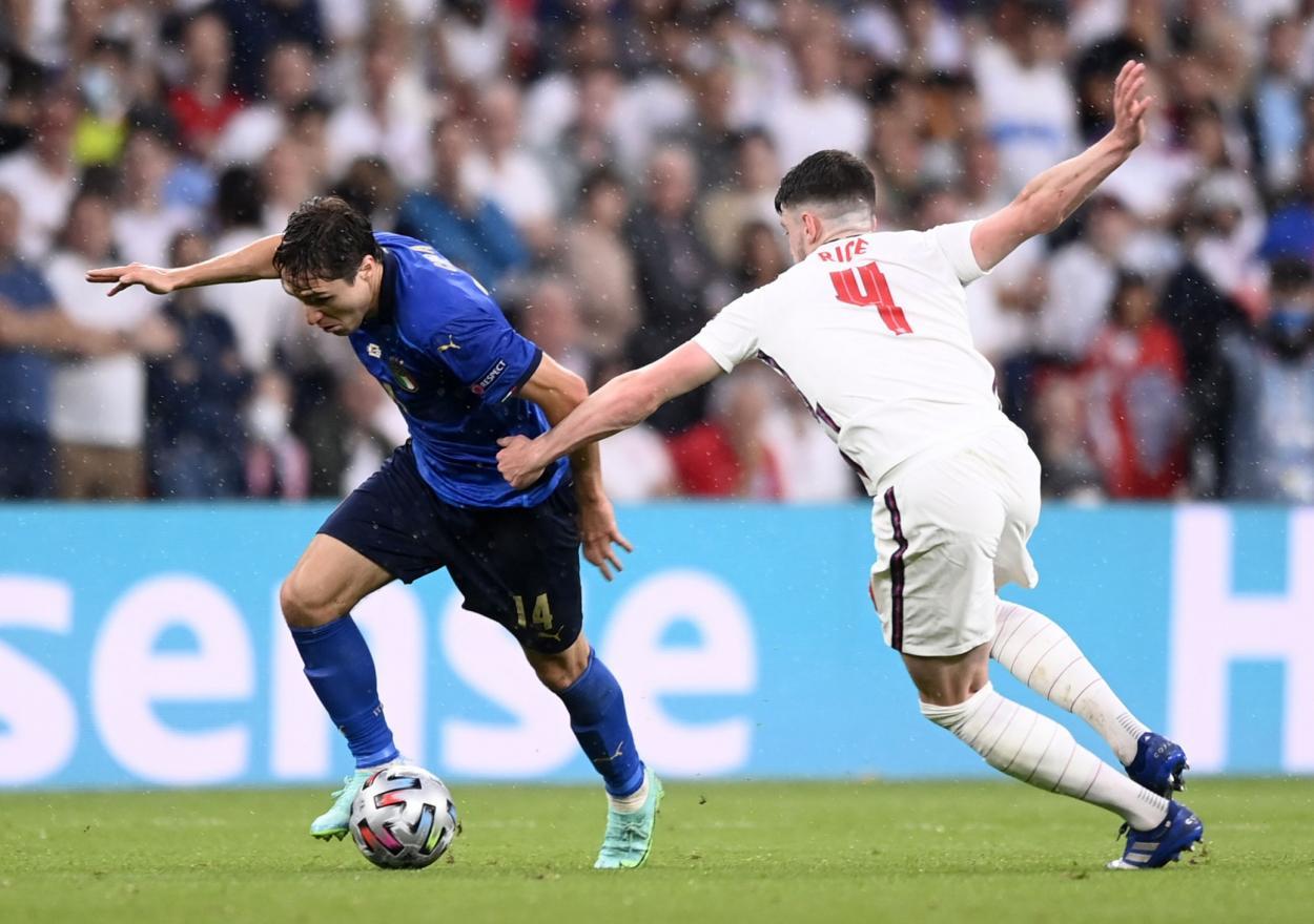 Chiesa supera a Rice en una carrera / FOTO: UEFA