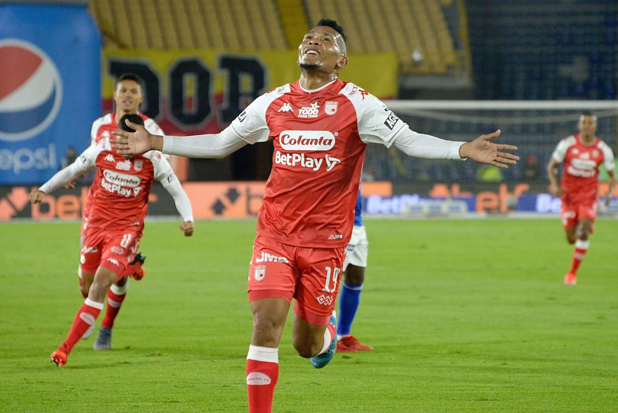 Ronaldo Dinolis, celebrando su primer gol con la camiseta de <b><a  data-cke-saved-href='https://vavel.com/colombia/futbol-colombiano/2021/08/09/santa-fe/1081560-leandro-castellanos-ganar-un-clasico-da-mucha-alegria.html' href='https://vavel.com/colombia/futbol-colombiano/2021/08/09/santa-fe/1081560-leandro-castellanos-ganar-un-clasico-da-mucha-alegria.html'>Santa Fe</a></b>. Imagen: @DatosSantaFe