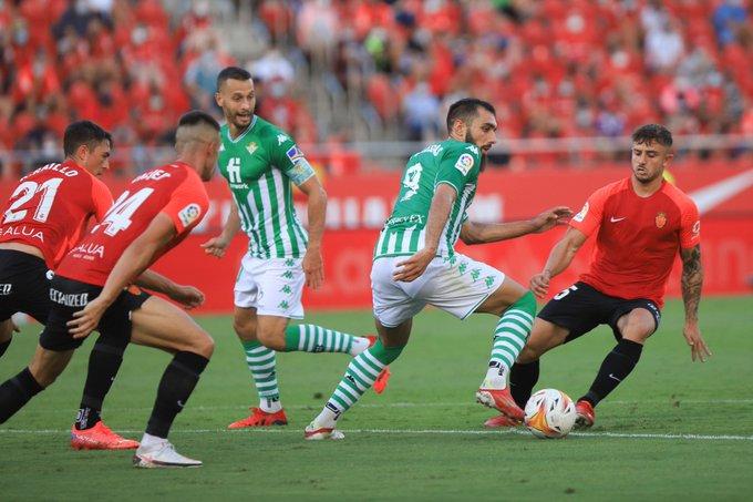 Borja Iglesias aguantando el balón ante la atenta mirada de los defensores rivales/ Fuente: Real Betis
