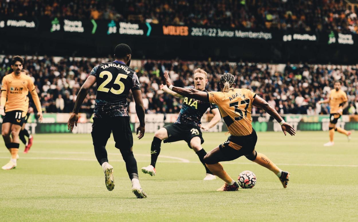 Adama Traoré tirando a portería / Fuente: Wolves
