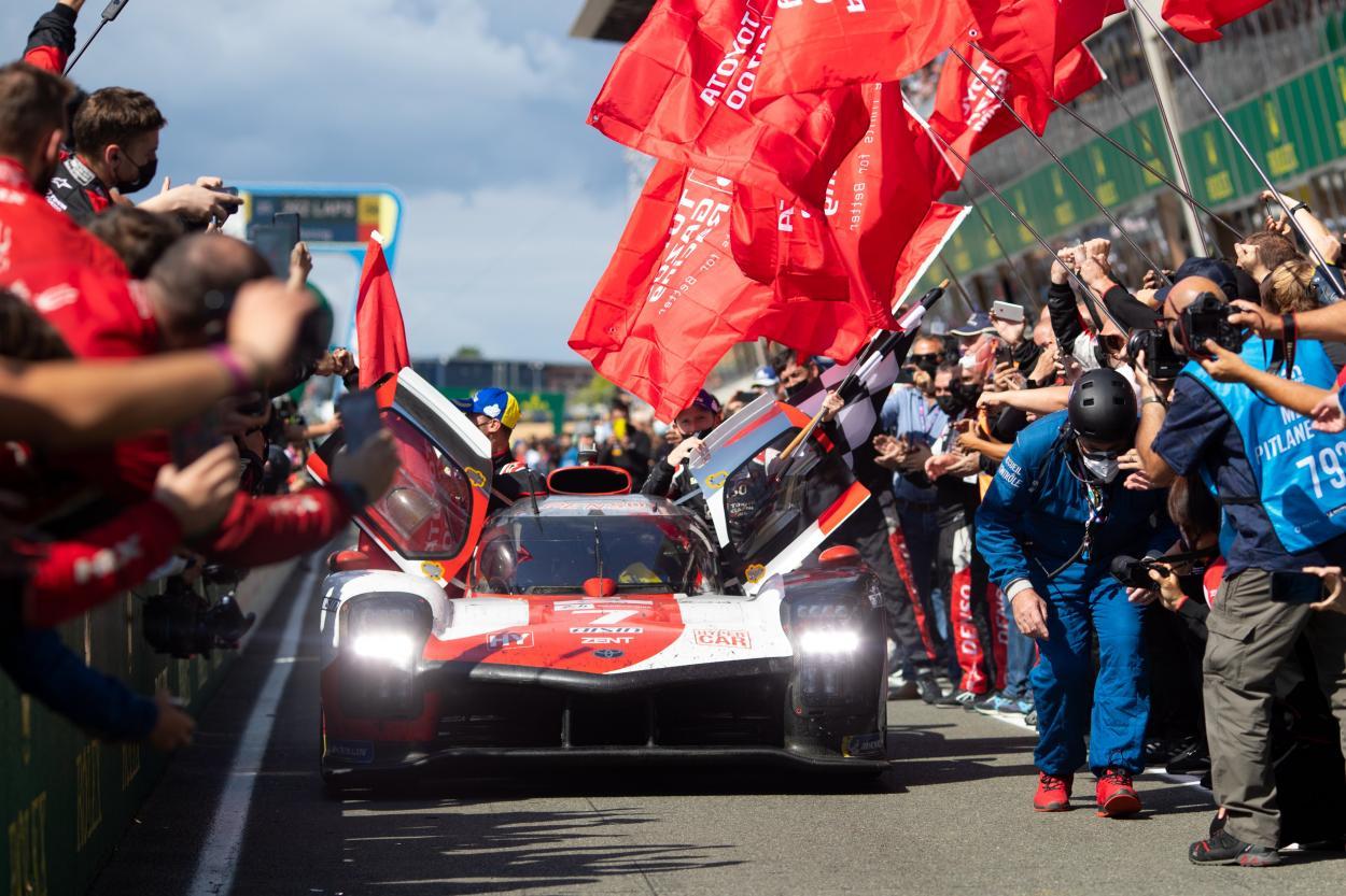 El toyota hybrid 07 llegando al podio: Foto Toyota Gazoo Racing
