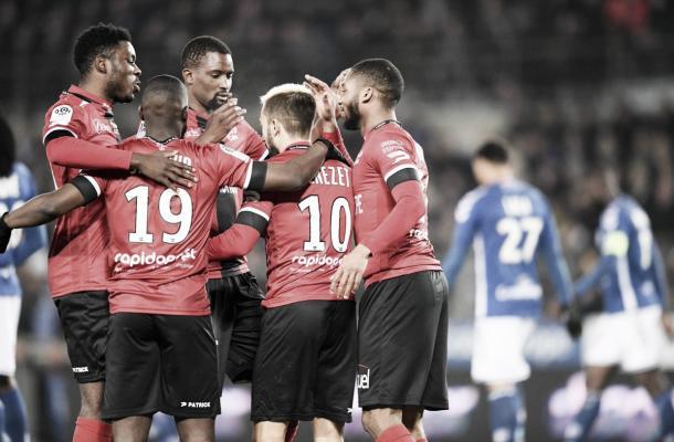 Los jugadores del EAG se abrazan en el triunfo ante el Estrasburgo. Foto: https://twitter.com/EAGuingamp