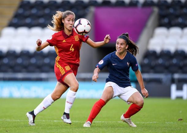 Laia Aleixandri frente a una futbolista francesa / Foto: @SeFutbolFem