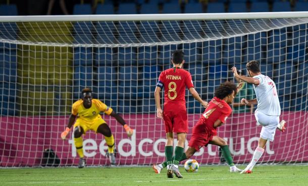 Ferrán Torres remata para poner el segundo gol / Foto: @SeFutbol