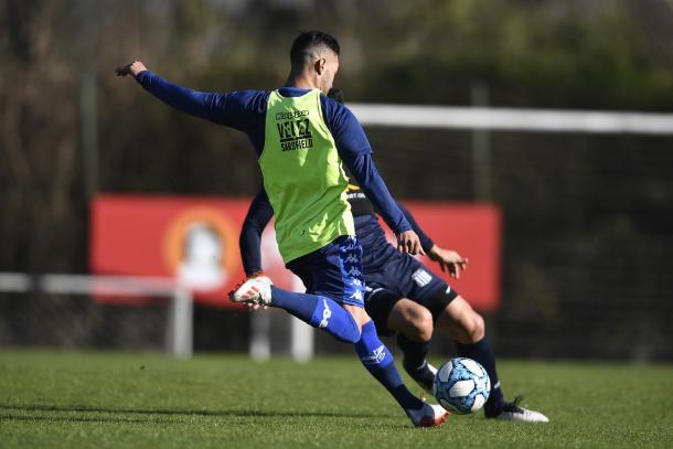 Momento exacto donde Janson impacta el balón para convertir el tanto definitorio del partido. | Fuente: Vélez.