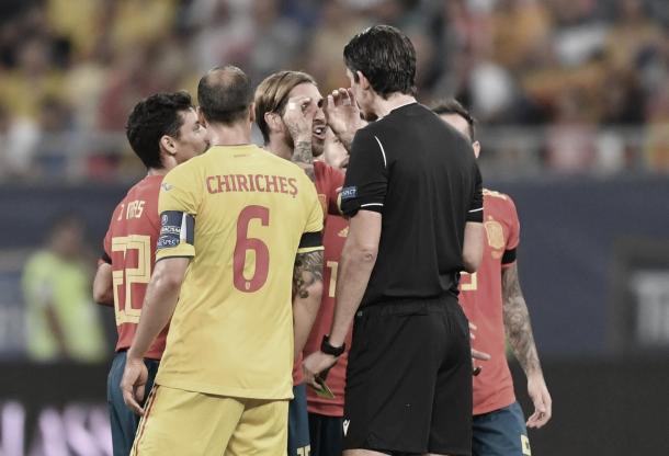 Já virou rotina: Sergio Ramos reclamou muito com a arbitragem após a expulsão de Llorente (Foto: UEFA / Reprodução)