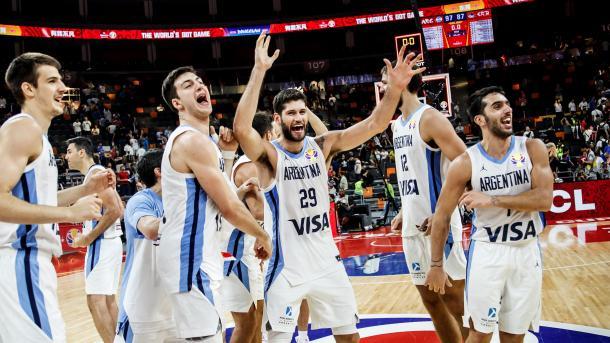 Los argentinos celebrando el pase a semifinales / @FIBAWC