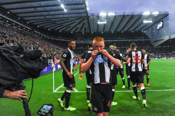 O meia Matthew Longstaff de 19 anos, marcou seu primeiro gol na Premier League (Foto: Divulgação/Premier League)