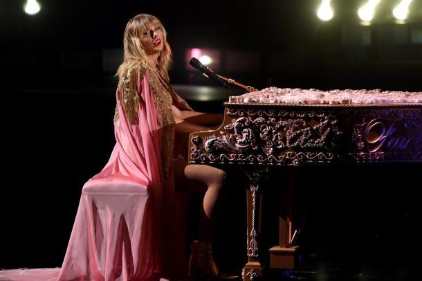 Taylor cantando en los AMAs 2019. Fuente: Billboard