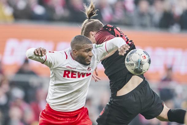 Lucha de balón en el encuentro de FC Köln y FC Augsburg | Foto: @fckoeln