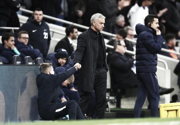 Mourinho con un recogepelotas. Foto vía Twitter Tottenham.