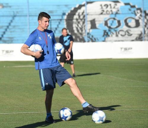 Gastón Esmerado dirigiendo su primera práctica como entrenador en Temperley | Foto: Prensa Temperley