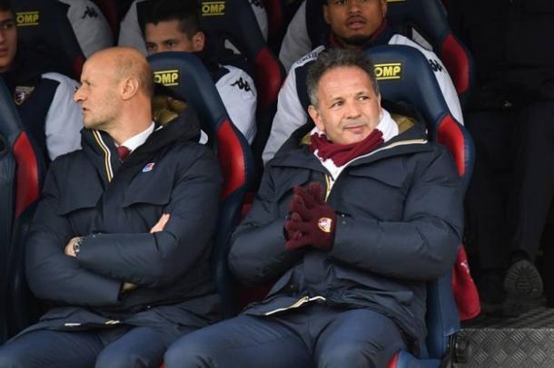 Mihajlovic seduto in panchina con il suo vice Attilio Lombardo. Foto: Il resto del Carlino