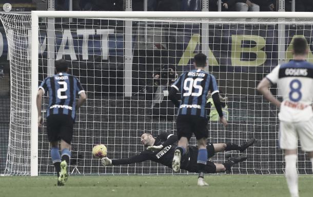 Handanovic ataja el penal a Muriel / Foto: Twitter oficial Inter de Milán