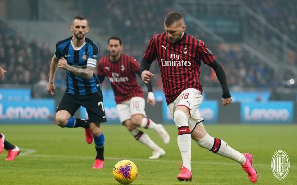 Ante Rebic ingresando al área del Inter / Foto: Twitter oficial AC Milan