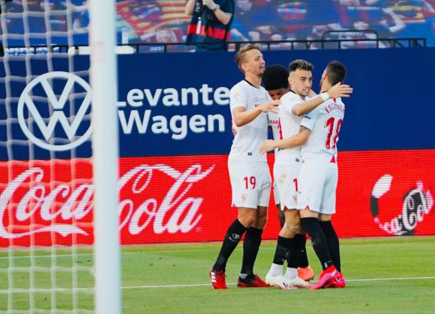 Los jugadores del Sevilla celebran el tanto inicial | Foto: Sevilla FC (Twitter)