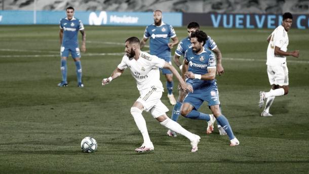 Los jugadores del Getafe luchan por el esférico en un lance de la primera parte / Fuente: Real Madrid