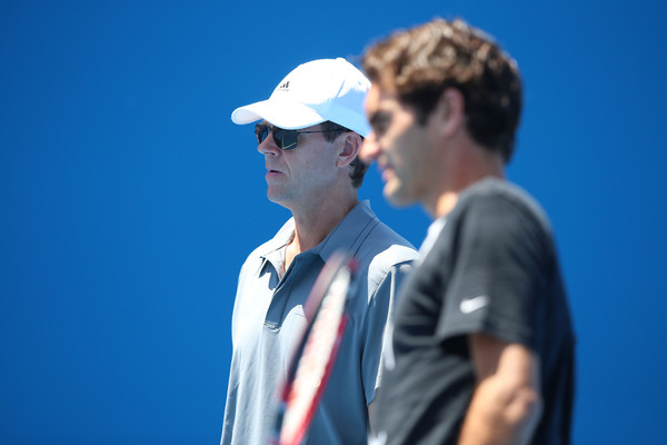 Stefan Edberg (left) looks on during a practice with Roger Federer (right). Photo: Hannah Peters/Getty Images