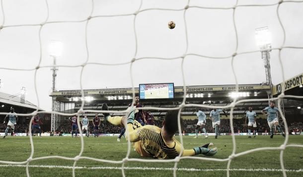 Ederson tirado luego de salvar su arco en el penalty. Foto: twitter.com/PremierLeague