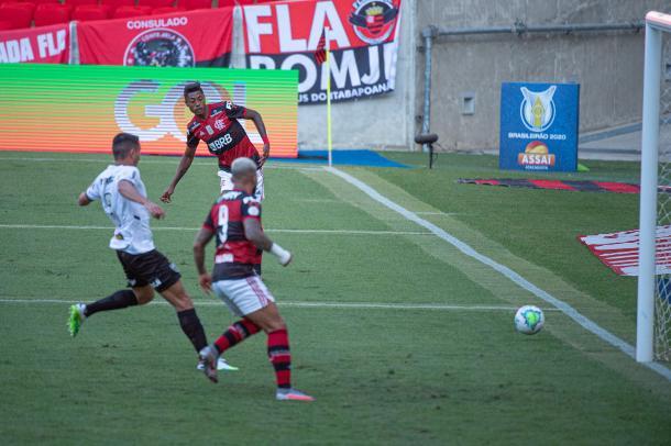Bruno Henrique conseguiu driblar o goleiro, mas, inacreditavelmente, acertou a trave em seguida (Foto: Alexandre Vidal / Flamengo)
