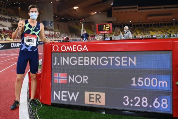 Jakob Ingebrigtsen junto al récord | Fuente: Twitter WorldAthletics