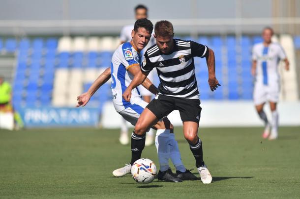 Cayarga disputa un balón. FC Cartgena