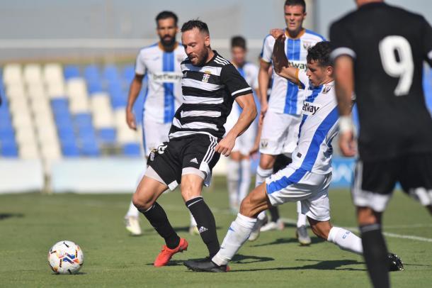 Jurado disputa un balón. F.C Cartagena