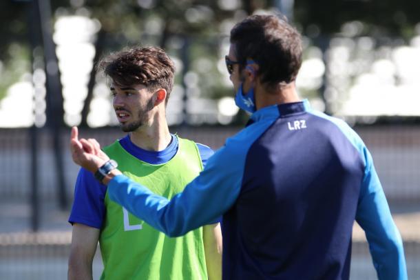 Carlos Algarra escucha atentamente las explicaciones de Iván Helguera   Fuente: @LasRozas_CF